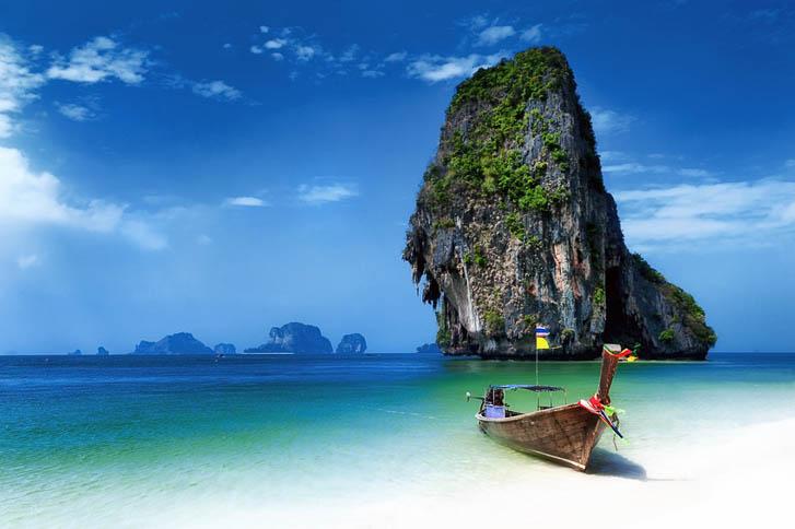 backpacking thailand, welche kosten kommen auf dich zu, krabi, phra nang beach ao nang beach, krabi, longtailboot, meer, strand, kalksteinfelsen, suedostasien, asien