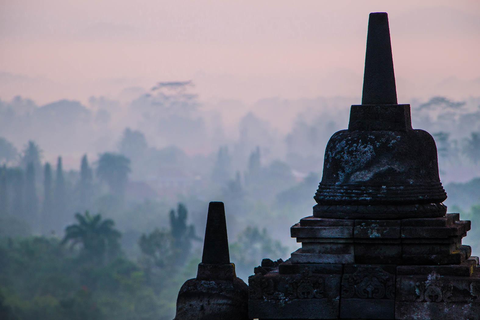 borobudur-und-prambanan-tempel-sunrise-nebel-fog-guten-morgen-yogyakarta-indonesia-indonesien-nadine-kolbe-reise-influencer